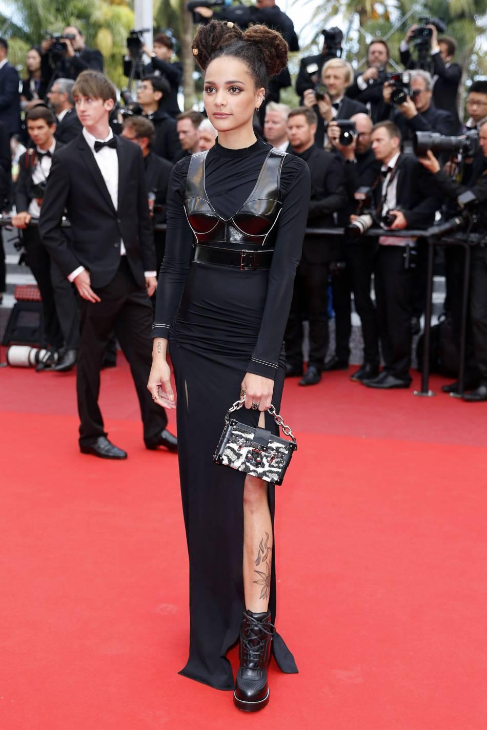 Sasha Lane en robe Vuitton lors de la montée des marches de la cérémonie de clôture du 69ème Festival International du Film de Cannes.