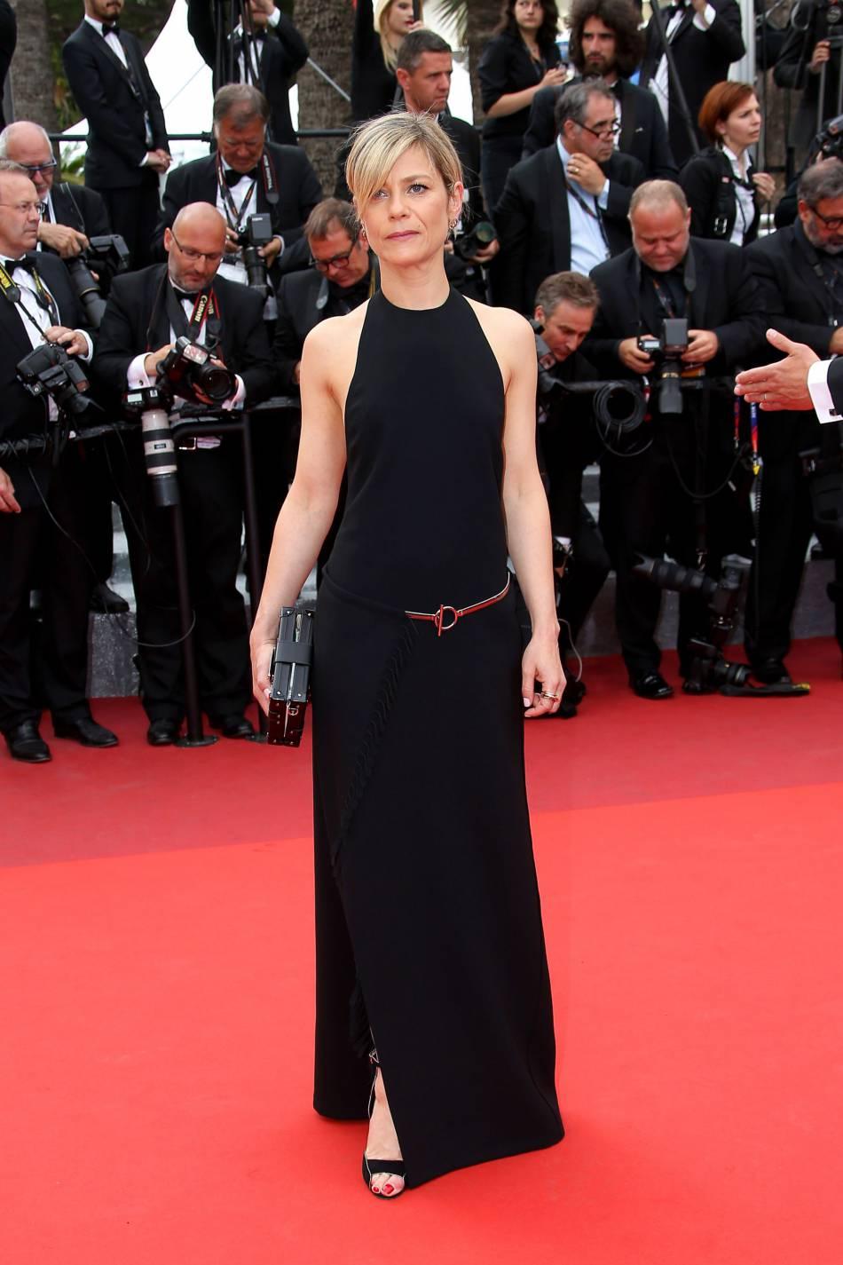 Marina Foïs, elle aussi en robe noire pour la dernière montée des marches du 69ème Festival International du Film de Cannes.