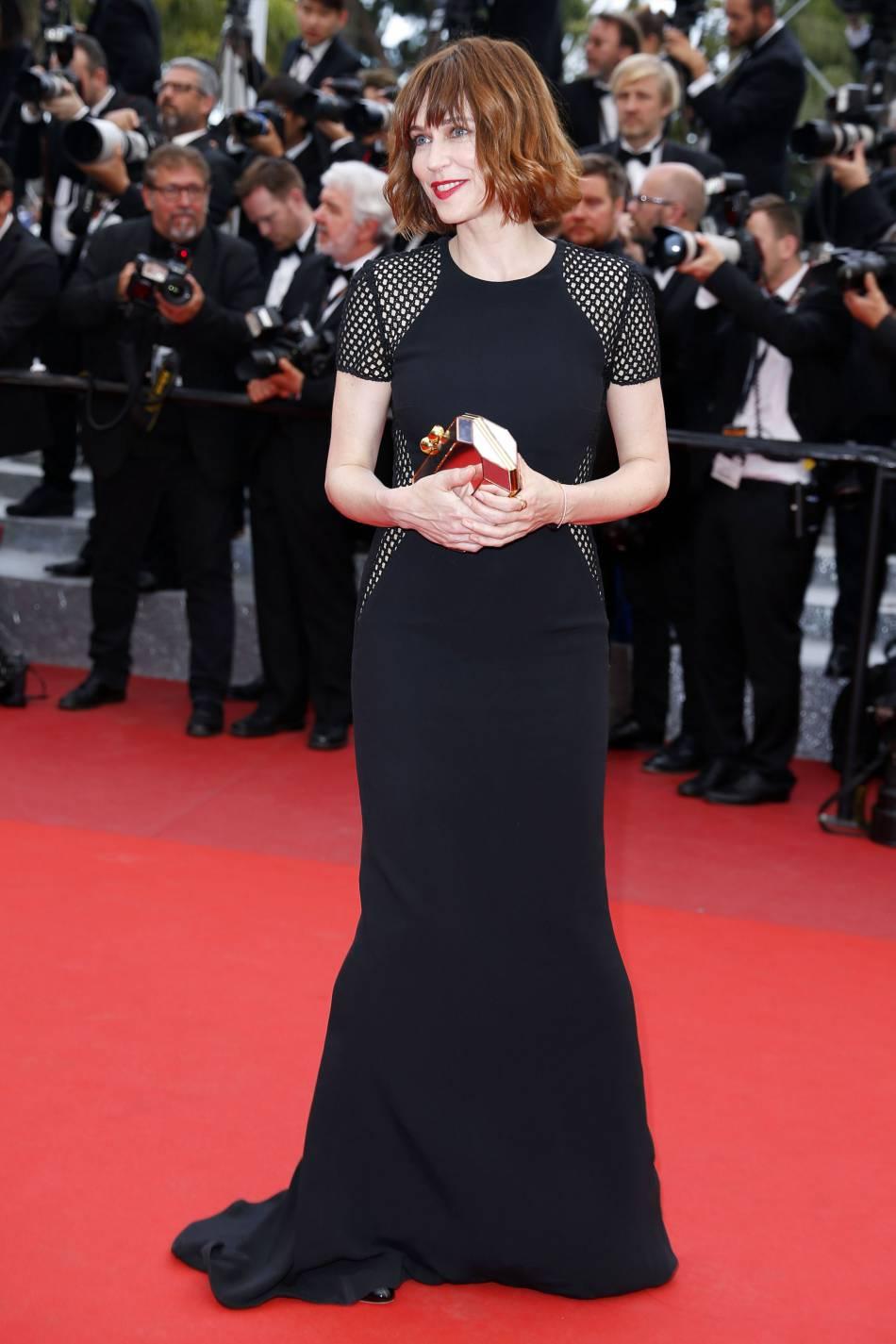 Marie-Josée Croze en robe noire sur la Croisette.
