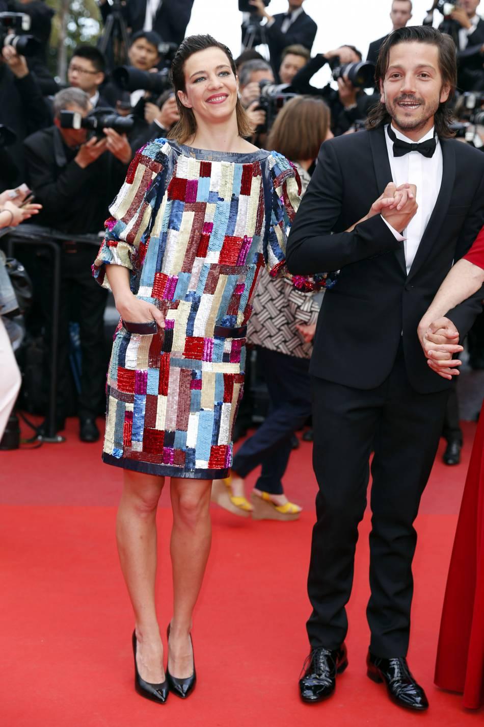 Céline Sallette a adopté une robe Chanel multicolore, issu de la collection Croisière 2015-2016.