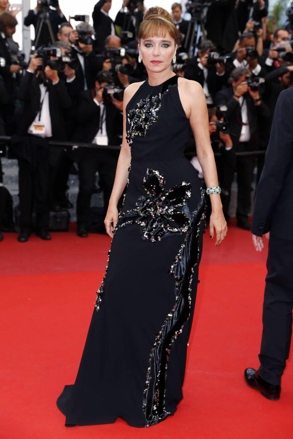 Valeria Golino a opté pour une robe noire Prada pour la cérémonie de clôture du Festival de Cannes 2016.