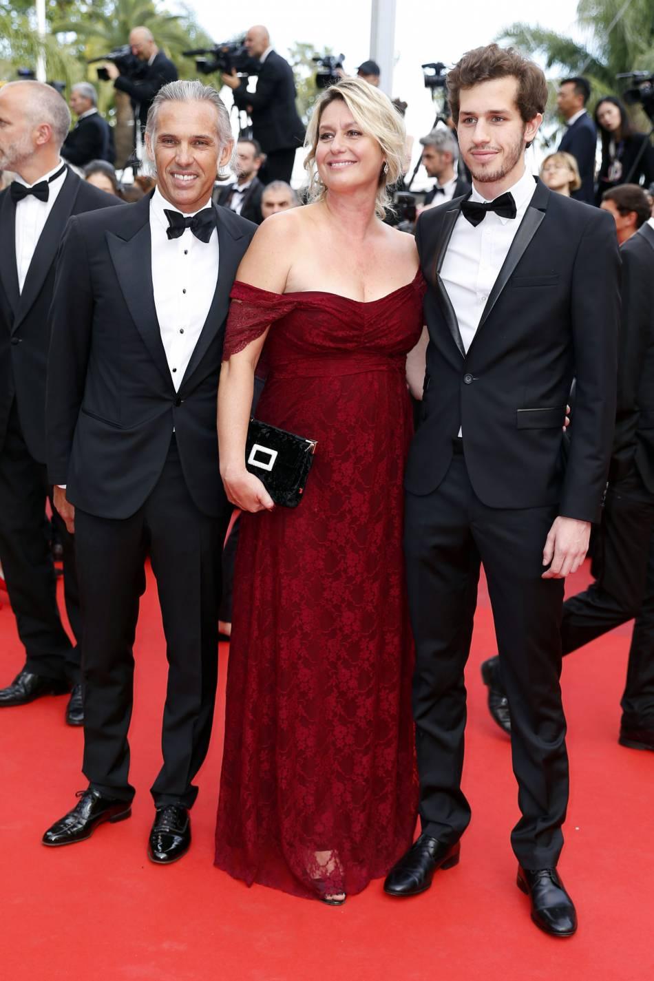 Paul Belmondo habillé en Lanvin, sa femme Luana et leur fils Victor assistant à la dernière montée des marches du Festival de Cannes 2016.