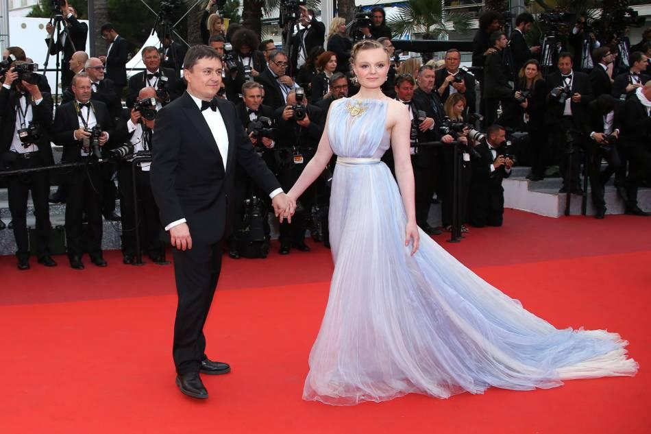 Maria-Victoria Dragus et Cristian Mungiu lors de la montée des marches du 69e Festival de Cannes.
