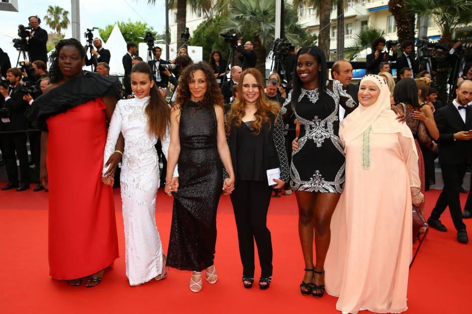 """Houda Benyamina et les filles de son film """"Divines"""" sur les marches du Palais des Festivals, le 22 mai 2016."""