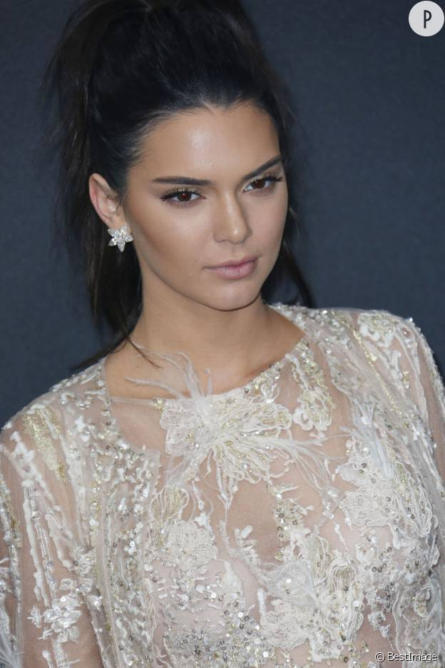 Toujours très sexy, Kendall Jenner sait comment enflammer le tapis rouge.