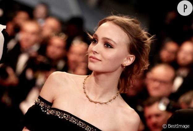 Outsider du tapis rouge, Lily Rose Depp se défend bien pour son premier passage à Cannes.