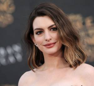 "Anne Hathaway était à l'avant-première du film ""Alice Through The Looking Glass"" hier soir à Hollywood."