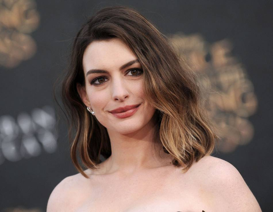 "Anne Hathaway était à l'avant-première du film "" Alice Through The Looking Glass"" hier soir à Hollywood."