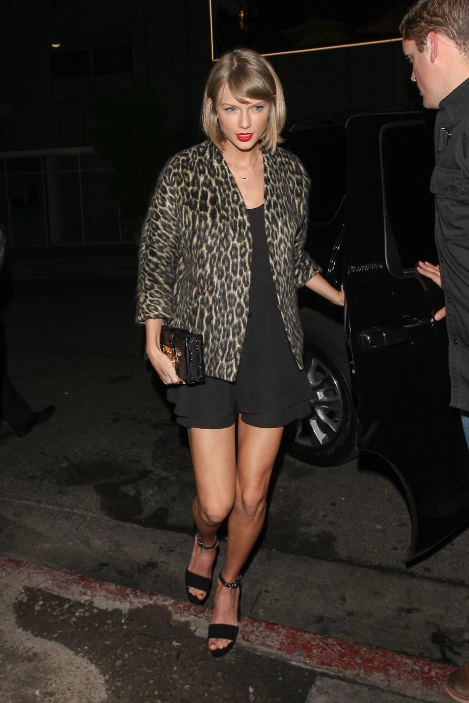Veste léopard et petite robe noire, Taylor Swift ose désormais les looks plus sexy.