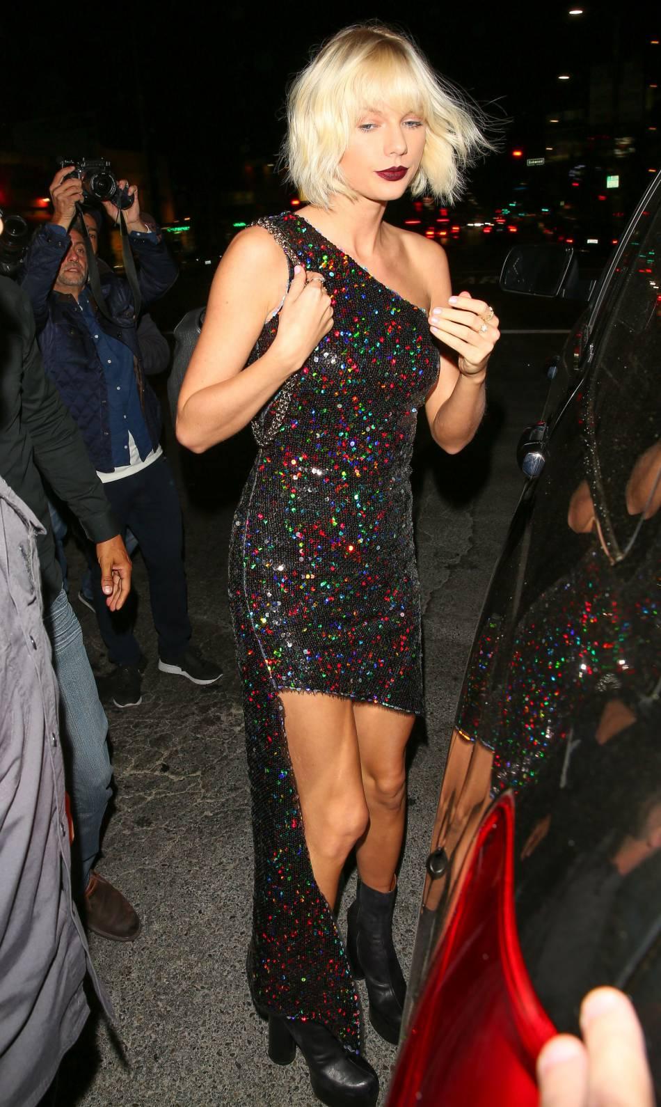 Dans sa robe une manche Haney, Taylor Swift révèle toute sa féminité.