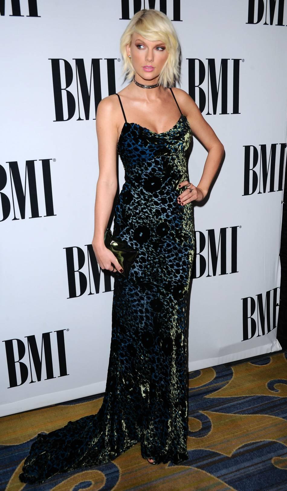 Nouvelle démonstration de style très 90's pour Taylor Swift avec cette robe longue panthère + chocker.
