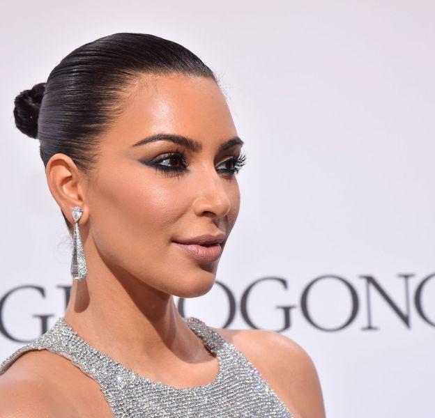 Lors de ses dernières apparitions à Cannes, Kim Kardashian a misé sur un make up certes intense mais qui utilise peu le contouring.