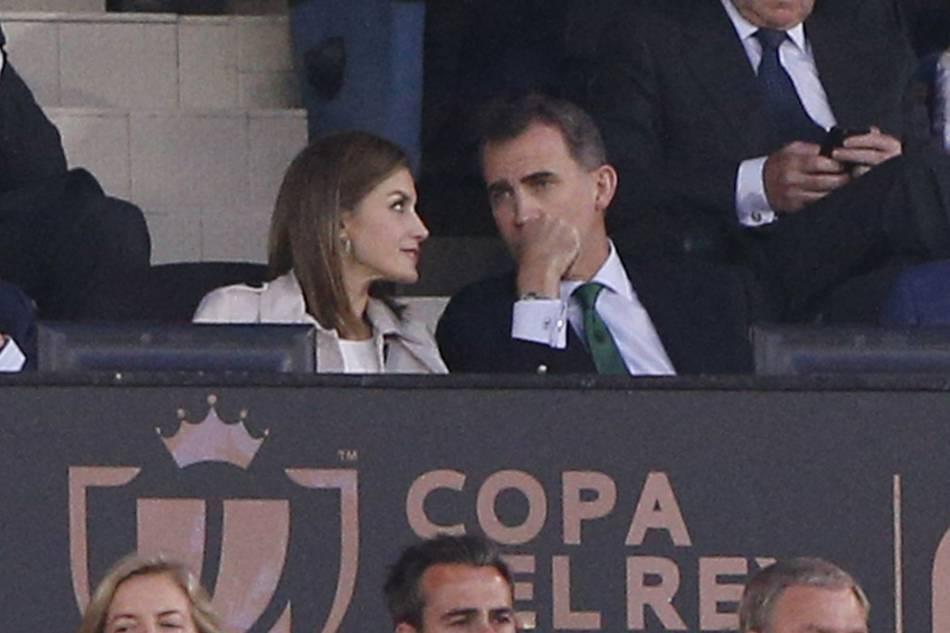 Le roi Felipe VI et la reine Letizia d'Espagne assistent à la finale de la Copa del Rey à Madrid, le 22 mai 2016.