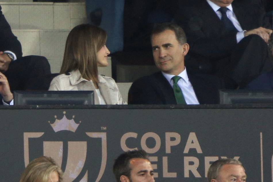 Pour leurs douze ans de mariage, le roi Felipe VI et la reine Letizia d'Espagne assistent à la finale de la Copa del Rey à Madrid, le 22 mai 2016.