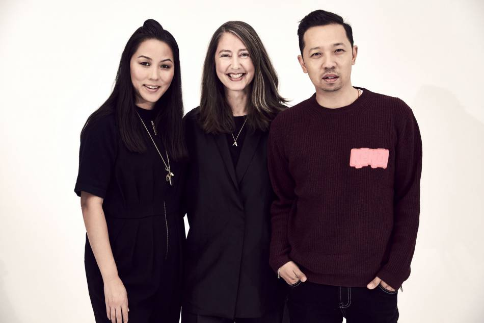 Carol Lim et Humberto Leon, les deux directeurs artistiques de Kenzo rencontrent Ann-Sofie Johansson, la styliste en chef de H&M.