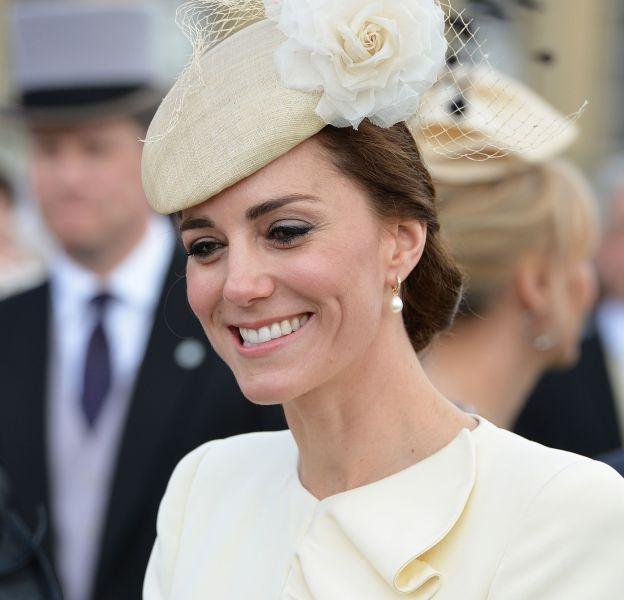 Kate Middleton, souriante et radieuse dans son ensemble McQueen, lors de la garden party de Buckingham, le 24 mai dernier.
