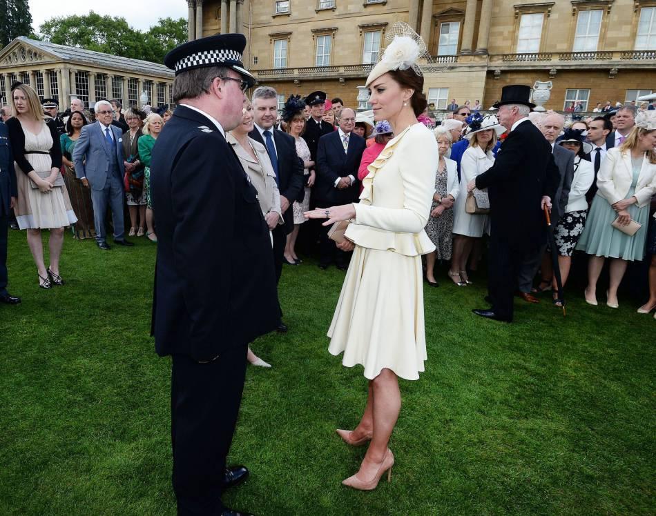 Pour la garden party, Kate Middleton portait l'ensemble crème signé Alexander McQeen qu'elle portait au baptême de son fils George.