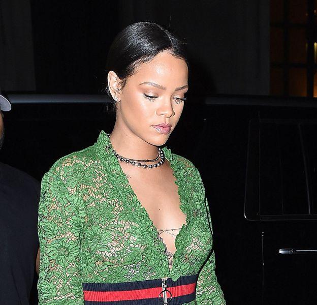 Rihanna se dévoile seins nus sous sa robe en dentelle à New York.