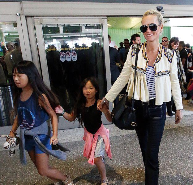 Laeticia Hallyday en balade avec ses filles dans les rues de Santa Monica.