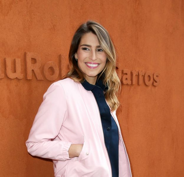 Laury Thilleman apparait stylée et pétillante à Roland-Garros.