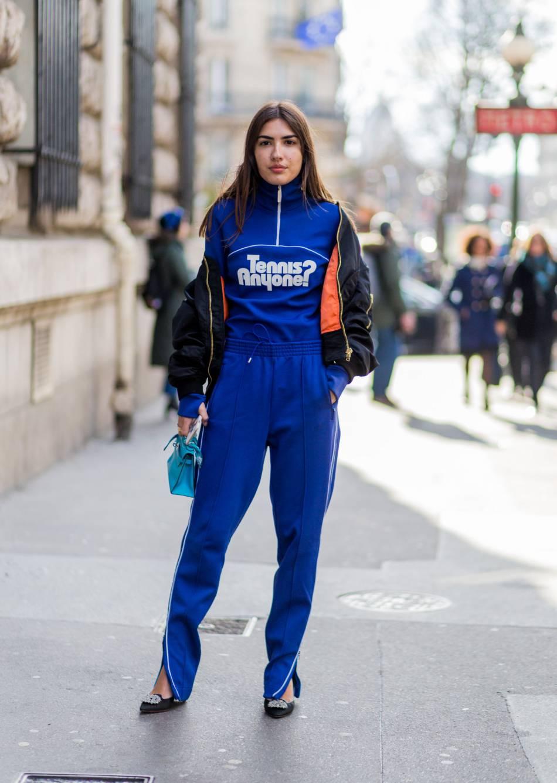 d115258c1b0 Ce survêtement bleu Lacoste mérite un street style pendant la Fashion Week  de Paris.
