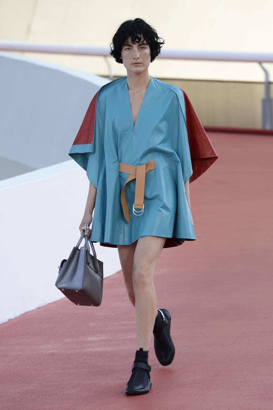 Des matières et des formes très arty sur ce défilé Croisière Louis Vuitton.
