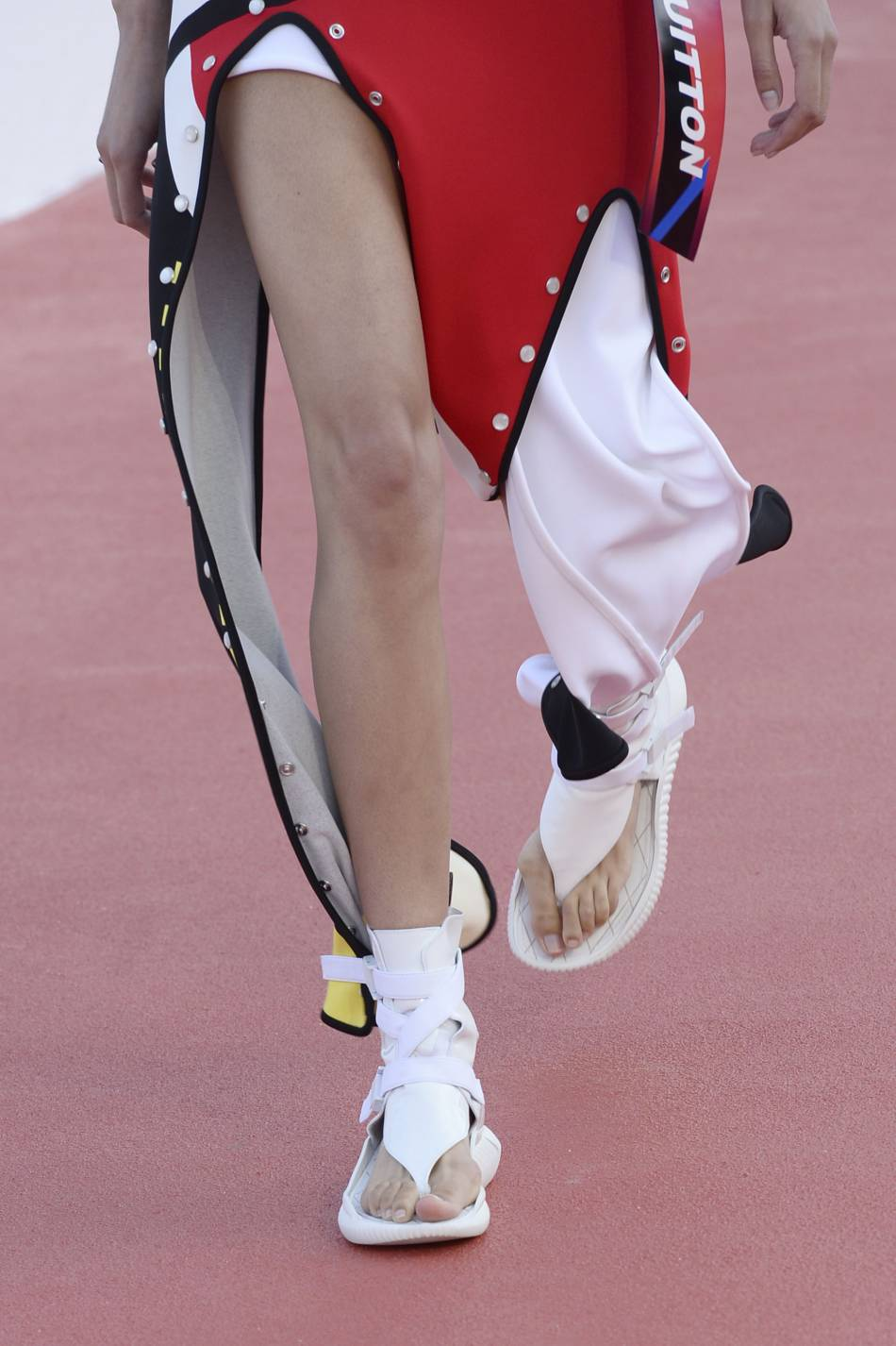 Les néo-sandales Louis Vuitton ont un petit quelque chose de futuriste.