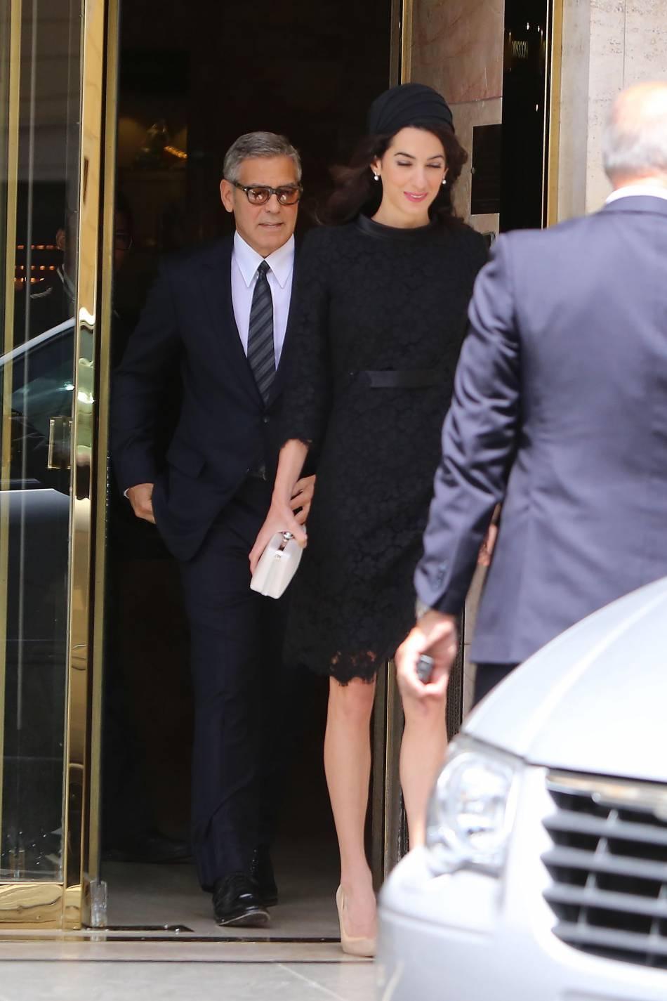 """Amal Clooney et son mari ont assisté à une conférence baptisée """"Un muro o un ponte"""" organisée par le pape au Vatican."""