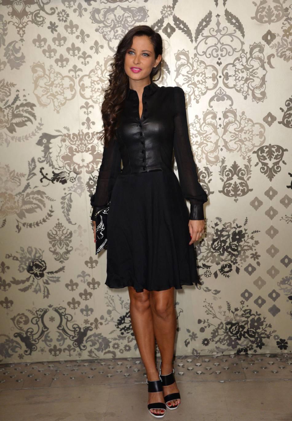 Malika Ménard aime autant les petites robes en cuir que les leggings.