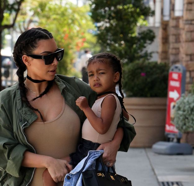 Kim Kardashian et sa fille North multiplient les selfies via l'application Snapchat.