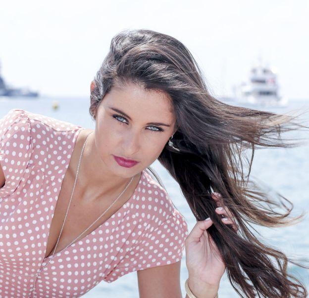 Malika Ménard en rendez-vous portrait sur la plage Bâoli pendant le 69ème Festival international du film de Cannes le 19 mai 2016.