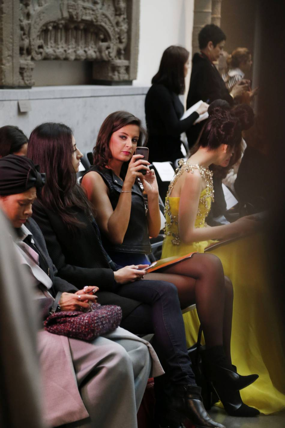Lorsqu'elle n'est pas en front row, Malika Ménard prend la pose pour son compte Instagram et son blog mode.