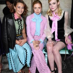 Ella Purnell, Bel Powley et Elle Fanning au défilé Gucci Croisière 2017 à Westminster à Londres le 2 juin 2016.