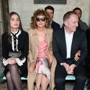 Marie-Ange Casta, Valeria Golino et François-Henri Pinault au défilé Gucci Croisière 2017 à Westminster à Londres le 2 juin 2016.