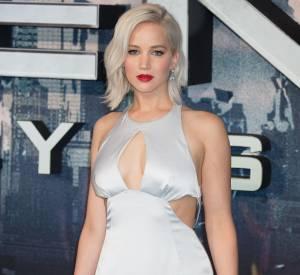 Jennifer Lawrence, très sexy, avait choisi une robe grise fluide.