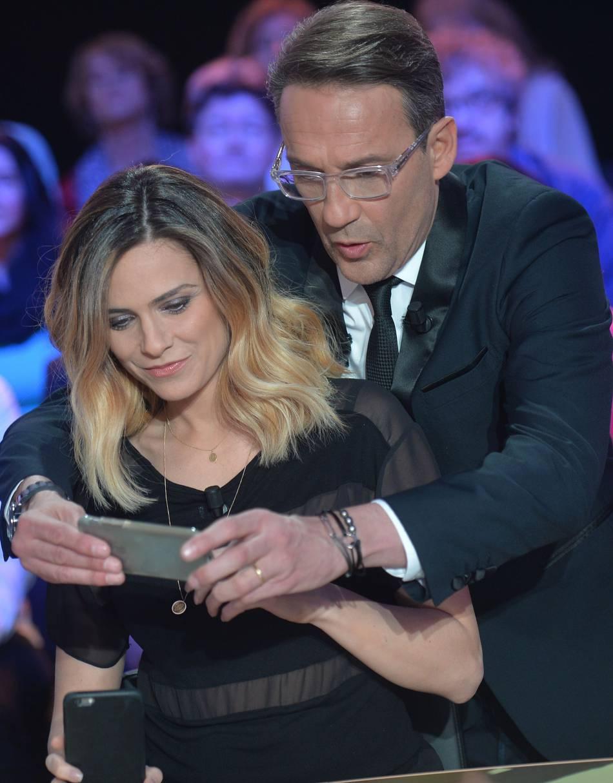 """Julien Courbet et Clara Morgane lors de l'enregistrement de l'émission """"Faut pas abuser"""" le 4 avril 2016."""
