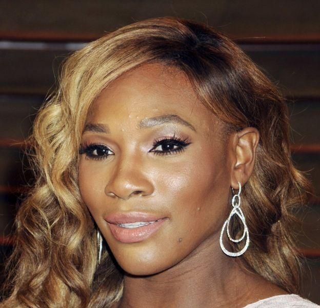 Serena Williams révèle un look très féminin et soigné lors de ses apparitions sur tapis rouge.