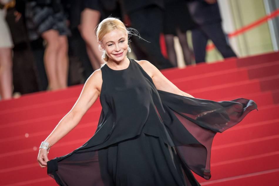 """Emmanuelle Béart lors de la montée des marches du film """"Juste la fin du monde"""" lors du 69ème Festival International du Film de Cannes le 19 mai 2016."""