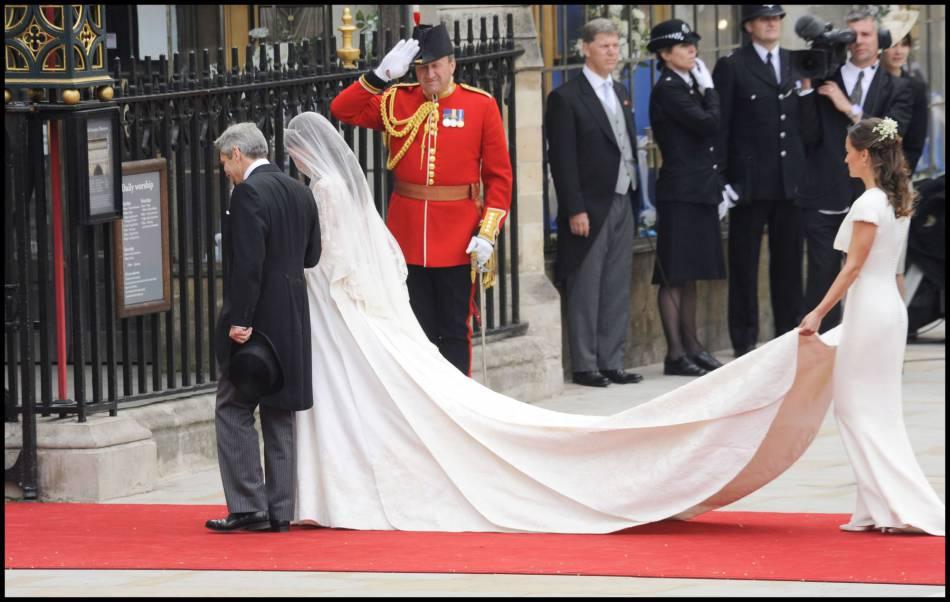 Kate Middleton a pu compter sur sa petite soeur Pippa pour lui tenir sa traîne... Et lui piquer un peu la vedette.