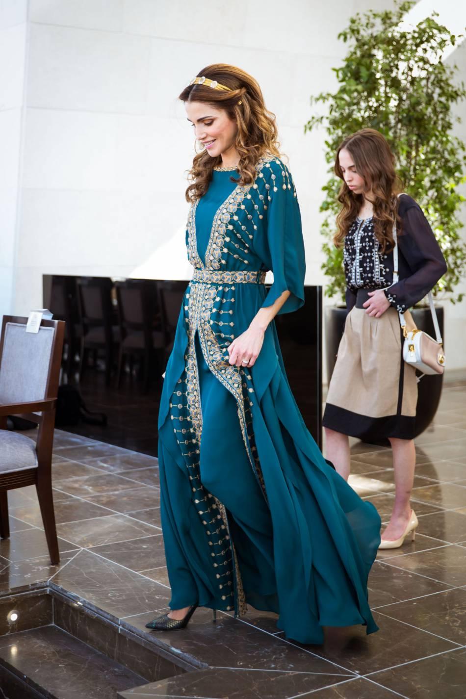 La reine Rania de Jordanie marchant aux cotés de sa fille, la princesse Salma.