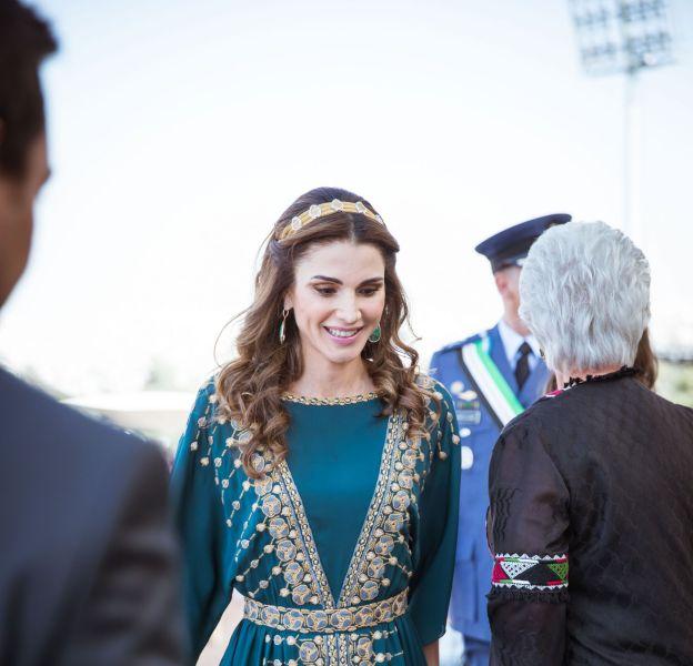 La reine Rania de Jordanie, vêtue d'une robe traditionnelle.