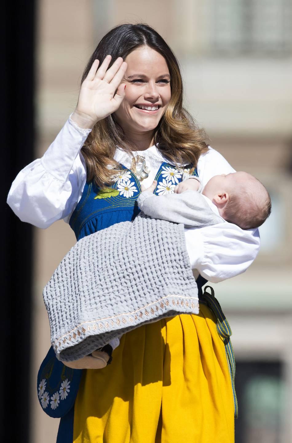La princesse Sofia, toute jeune maman rayonnante avec son petit Alexander dans les bras.