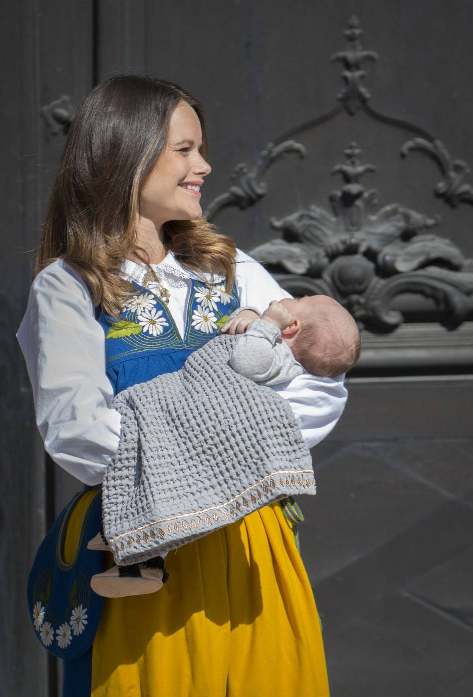 Sofia de Suède, une jeune maman rayonnante de bonheur dans sa tenue folklorique.
