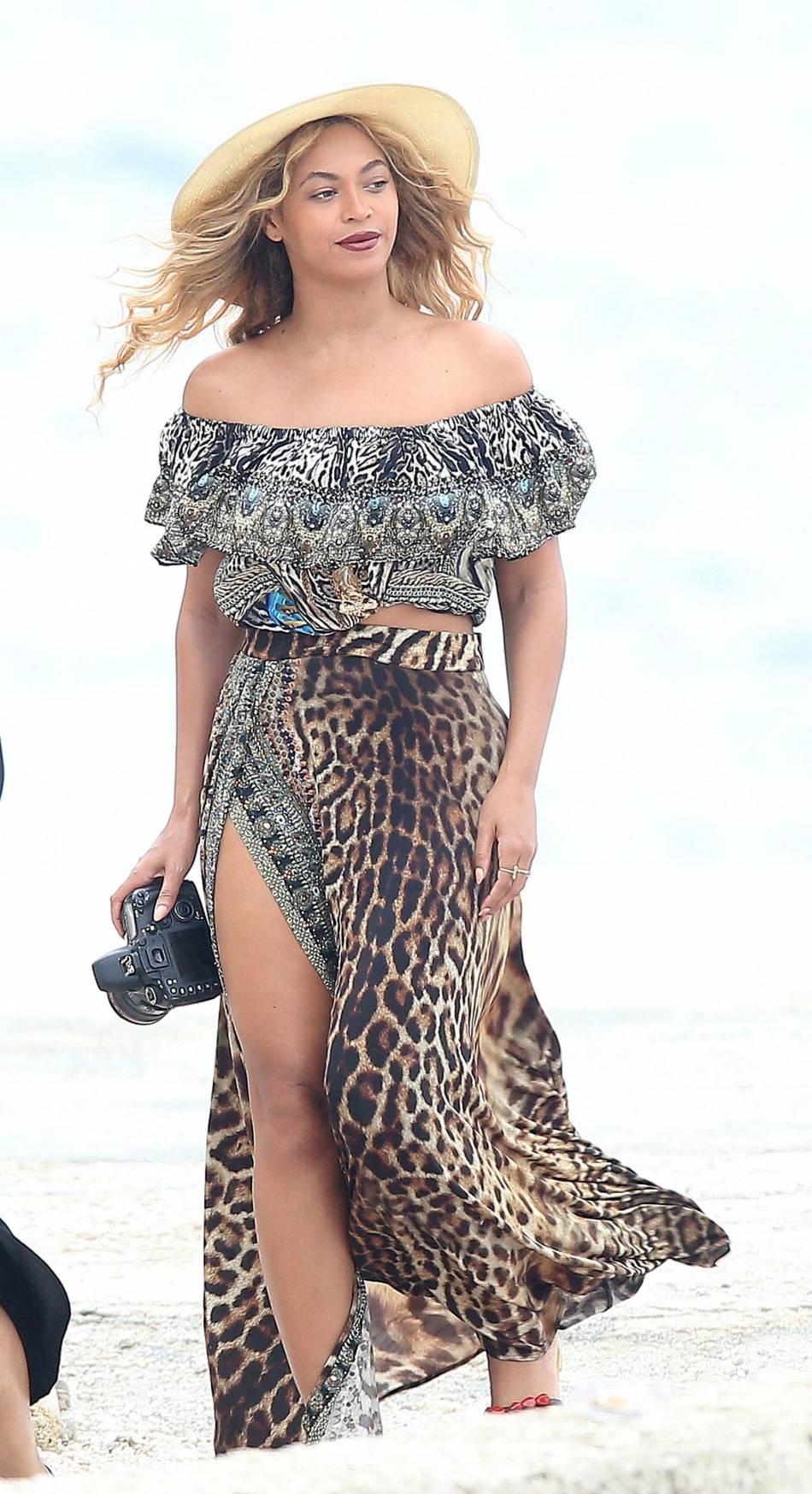 La mère de la diva, Tina Knowles, a créé de nombreux costumes et robes pour sa fille : c'est aussi elle qui faisait les costumes du groupe Destiny's Child.