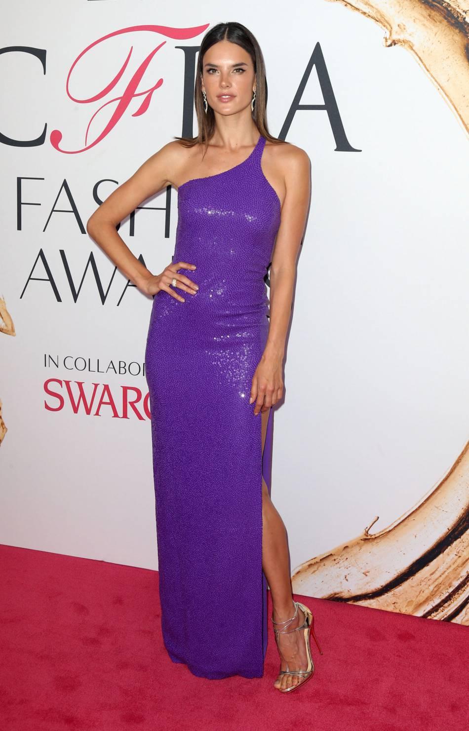 Alessandra Ambrosio dans sa robe violette dessiné par Michael Kors.