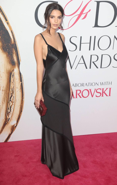 Emily Ratajkowski à la soirée des CFDA 2016. Elle porte des bijoux Atelier Swarovski.