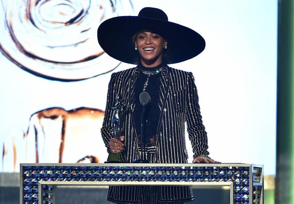 Beyoncé en tenue Givenchy a fait le show sur scène desCFDA 2016.