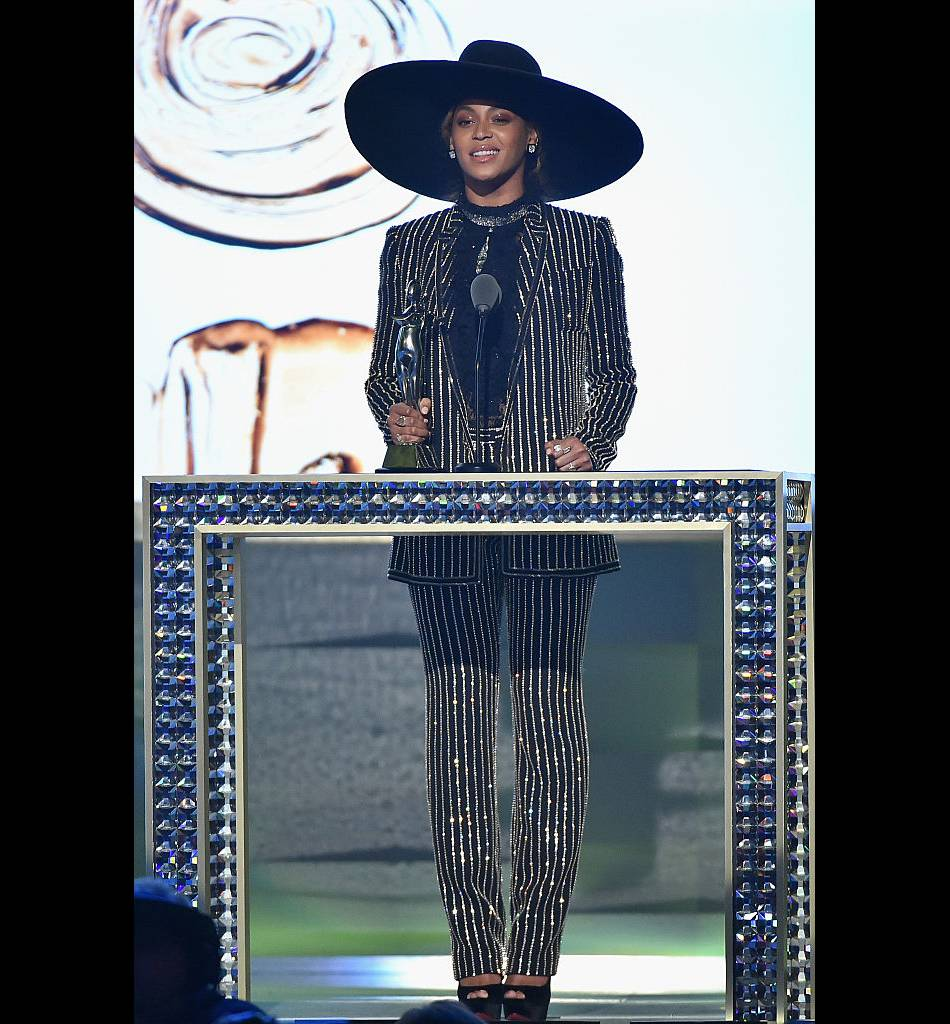 Beyoncé porte le costume rayé à la perfection.