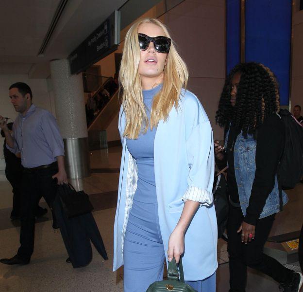 Iggy Azalea dans une tenue sobre, tout en bleu.