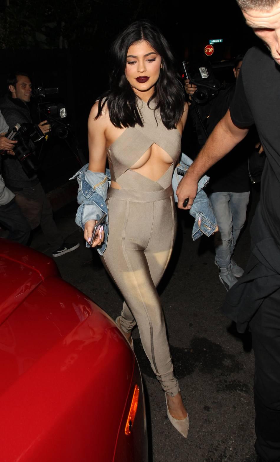 Kylie Jenner use de ses charmes dans une combinaison moulante.